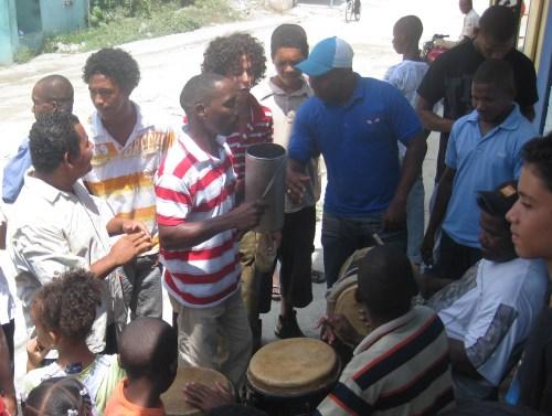 """La juventud de Boca Chica hizo sonar tamboras, palos y guira exclamando a viva voz """"Vamo a gozar pa´ Justicia Global"""""""