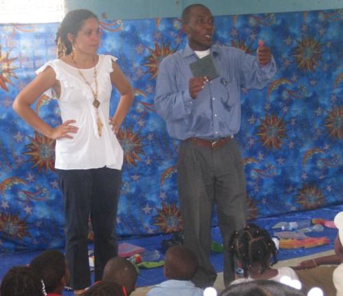 Ingrid Luciano y Rafael Peña Mateo dieron las palabras de apertura al Domingo Cultural de Justicia Global.
