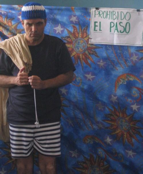 """Tomás Rubio, mientras presentaba la obra """"Menos Mar"""" llevando un mensaje de la importancia de cuidar los recursos naturales."""