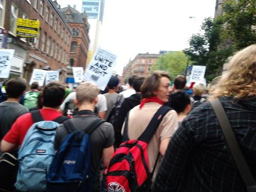 """Durante la marcha se levantan pancartas """"Unidos y Luchando"""". Foto: Fuente Justicia Global."""