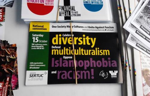 """""""Uno de los volantes que se repartio en la marcha, lee: 'Celebra la diversidad, defiende el multiculturalismo, oponte a la islamofobia y al racismo"""". Foto: Fuente Justicia Global."""