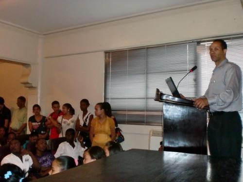 El Profesor Juan M.Acosta mientras introducía al estudiantado el propósito de la discusión de los derechos humanos conectándolo con lo que han dado en las clases