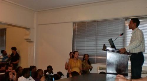 Raldy Santos de Justicia Global mientras presentaba el Lanzamiento de las Jornadas a estudiantes de l área de Ciencias Sociales de Utesa. Fuente Justicia Global.